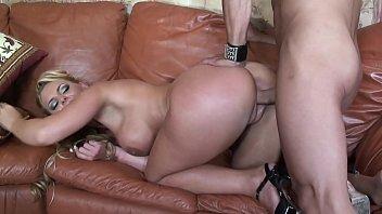 हॉट ब्लोंड मेच्यूर में उसकी मांसपेशी प्रेमी के साथ बहुत अच्छा सेक्स होता है