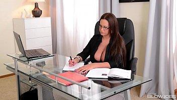 बिग टिट्टी बॉस लेडी एम्मा बट दिखाते हुए