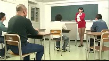 जापानी शिक्षक ने गिरोह में धमाका किया
