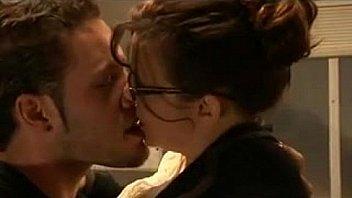 एक शिक्षक और एक छात्र लड़की के साथ त्रिगुट सेक्स