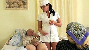 शरारती हॉट नर्स पुराने रोगी की मदद करती है
