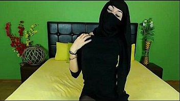 ज़ीरा मुस्लिम टीज़िंग इन ब्लैक