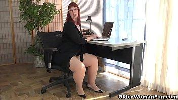 बड़े बट गृहिणी कार्यालय में हस्तमैथुन करता है